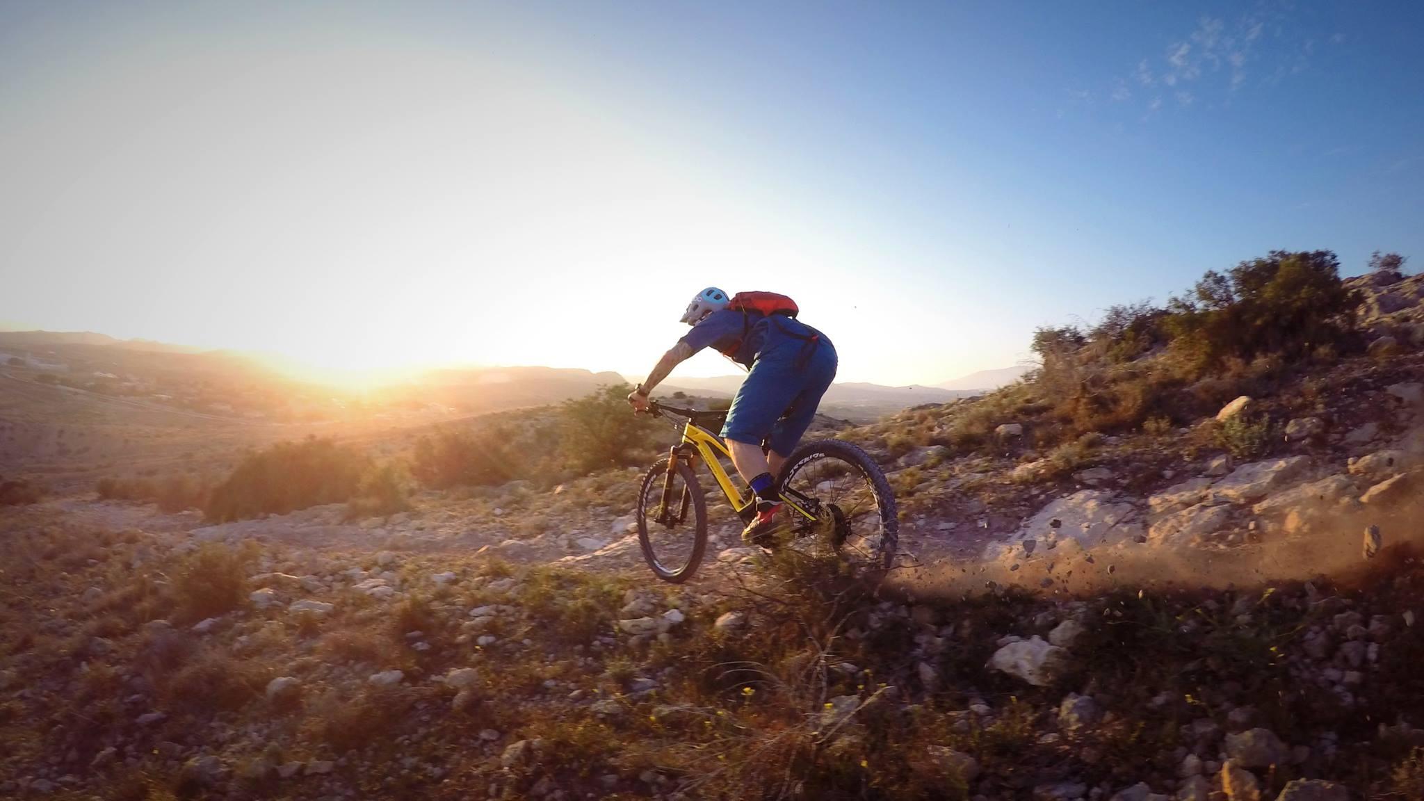 A hegyi kerékpár nagy előnye a függőlegesebb ülő pozíció. A karok a testhelyzet szerves részét képezik, a felsőtest izmai pedig nagyobb igénybevételt kapnak. Mivel függőlegesebben ülünk, a nyakcsigolya nem feszül annyira.