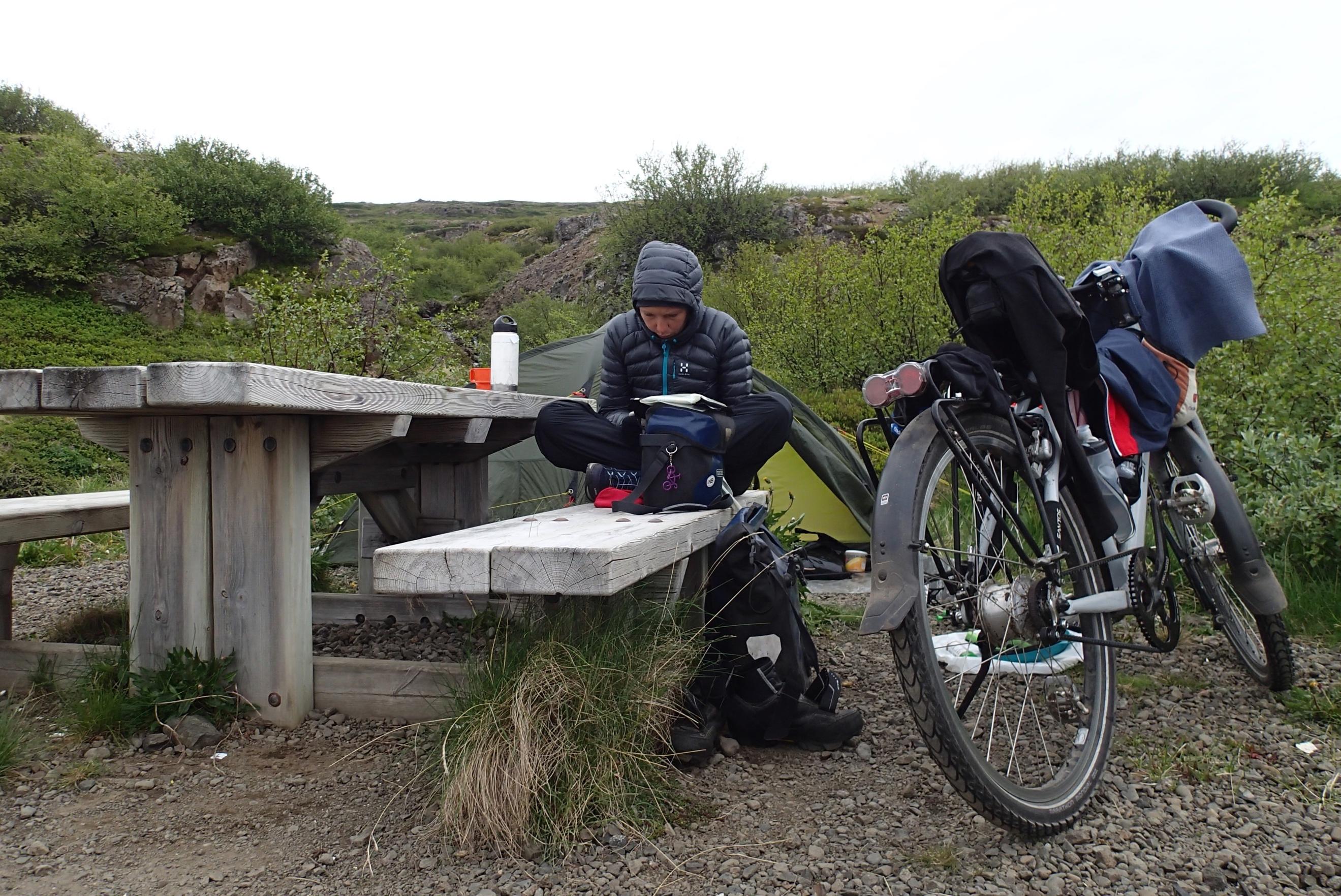 """Egy Isafjordurban tartott pihenőnap után igazi fjord-üzemmódba kapcsoltam. Még nem is végeztem az egyik fjorddal, de már a következő hívogatott. Az egyik fjord """"csúcsánál"""" sátoroztam, amikor egyik éjjel a távolban végignéztem a víz felett, egészen el Izland  legészakibb, hó borította hegyeiig. Amikor az éjszaka közepén (0:55) kimásztam a sátramból pisilni, az égbolt világos narancssárga színű volt. Elfordítottam a fejem és egy csodálatos naplementét láttam. Egy rövid pillanatra a nap a horizont mögé bukott és alkonyatba borította a tájat egy teljes órára."""