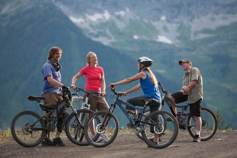 Aki nem biciklizik, annak elsőként a kerékpárosok öltözete szúr szemet; lycra, fluoreszkáló pántok és sisak, amit egy átlagos munkába járón nem látsz, bár mindannyian tudjuk, hogy valójában a kerékpárosok a világ legstílusosabb emberei.