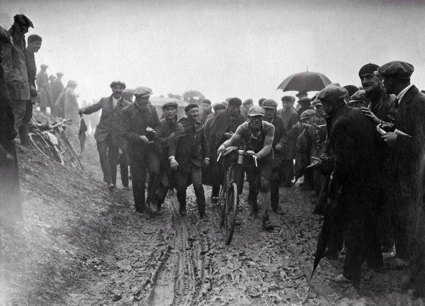 1926: Šílená etapa začala startem ve 2 hodiny, kdy závodníci vyjeli do lijáku. Ve výjezdu na Tourmalet museli tlačit kvůli všudypřítomnému bahnu. V 10 hodin večer bylo v cíli pouze 30 jezdců a 15 jich stále chybělo i následující ráno.