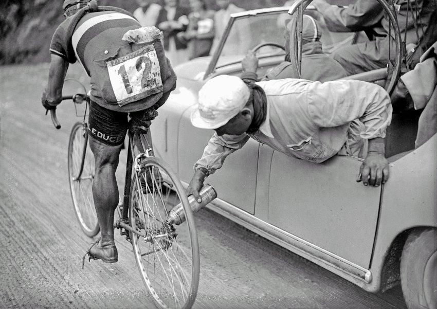 1937: Závodníci používali poprvé přehazovačky. Před jejich zavedením museli jezdci před každým kopcem zastavit a otočit nebo vyměnit zadní kolo za kolo s větším pastorkem.