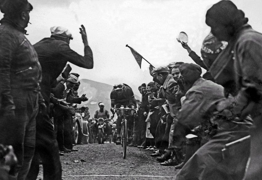 1937: Gino Bartali na Galibieru. V roce 1938 Tour vyhrál, ale je známý také pro pomoc partyzánům v nacisty okupované Itálii a záchranu 800 Židů.