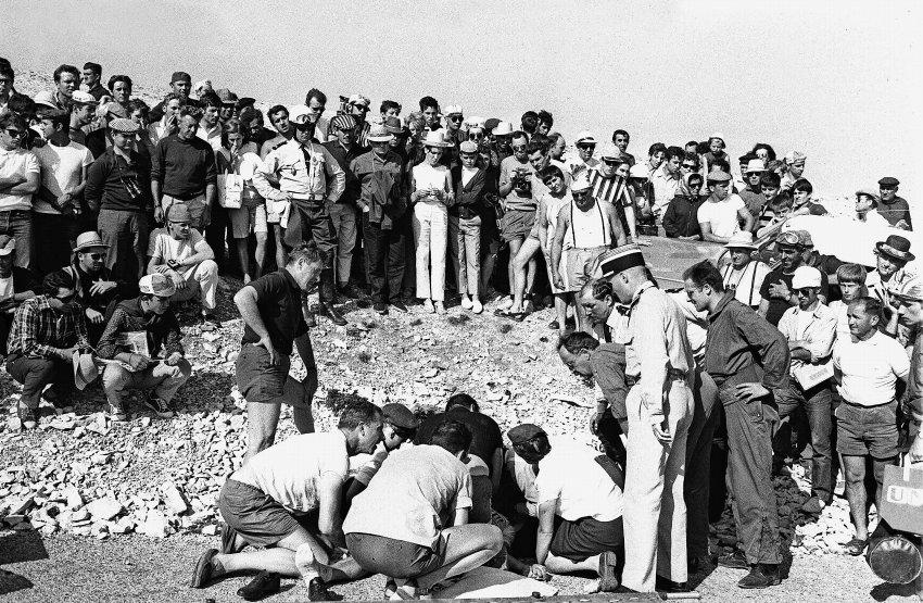 1967: Tom Simpson jel ve žlutém trikotu vedoucího jezdce, když ve 13. etapě těsně před vrcholem výjezdu na Mount Ventoux zkolaboval a na místě zemřel. Přepokládá se, že za tuto tragédii může kombinace alkoholu a amphetaminu, původního způsobu na zvyšování výkonnosti.