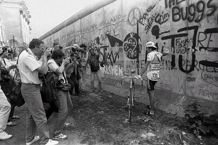 1987: Kolumbijec Lius Herre pózuje před Berlínskou zdí při oslavách 750 let Berlína.