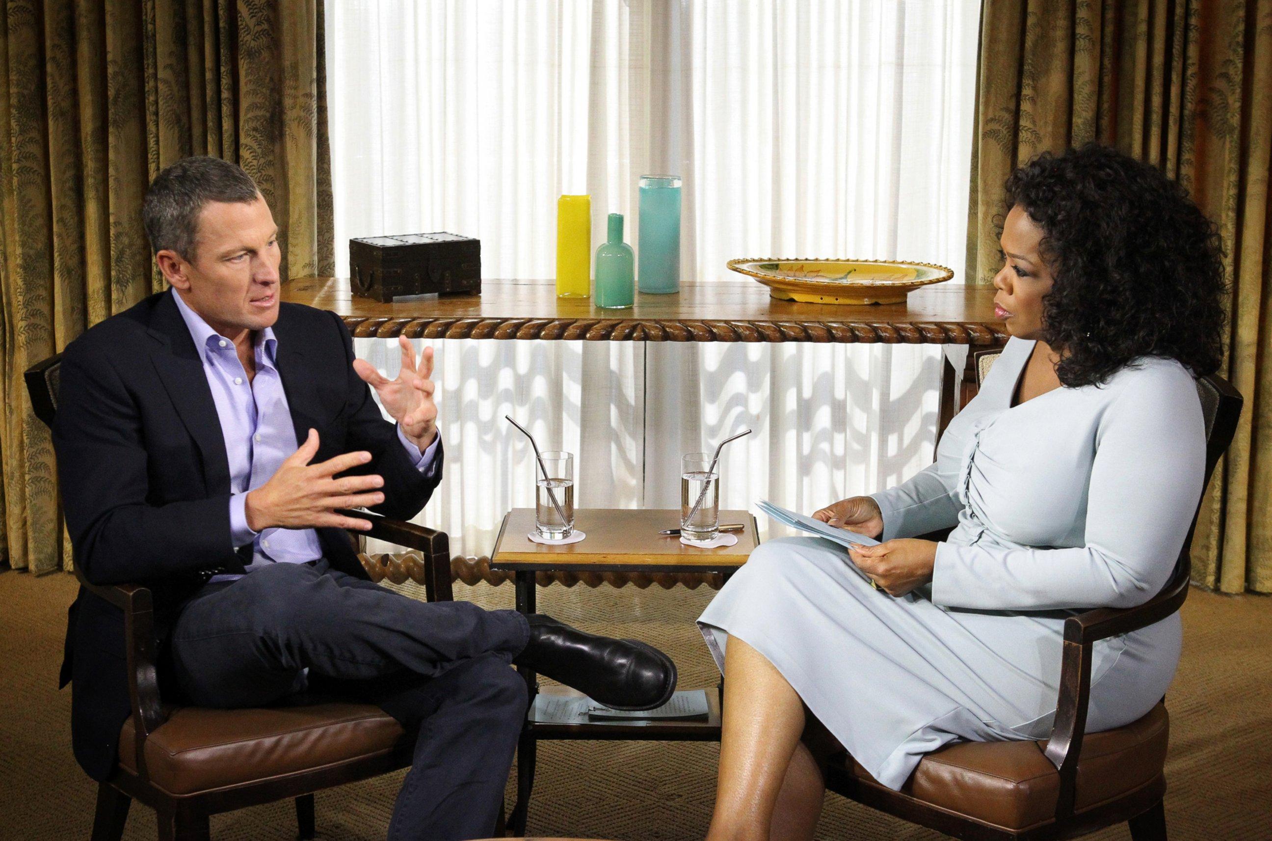 2013: Lance Armstrong přišel o všechna svá vítězství na Tour. Sedm titulů mu bylo odebráno na vrub dopingu. Na fotce je při nechvalně proslulém upřímném rozhovoru s Oprah Winfrey, kde se ke svým proviněním přiznal.