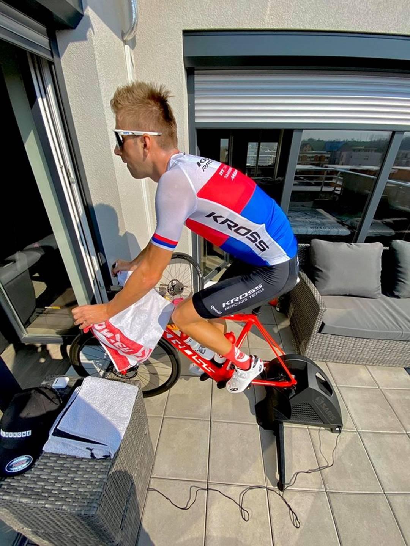 Ondřej Cink, český reprezentant MTB, při tréninku na terase během epidemie koronaviru.