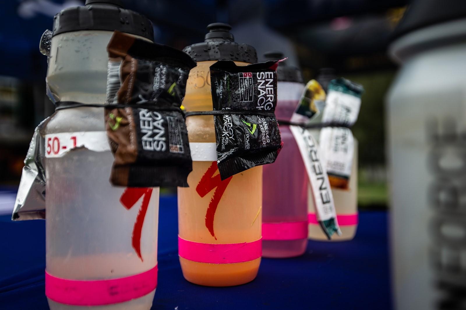 Pití bidon občerstvení energetická tyčinka sacharidy