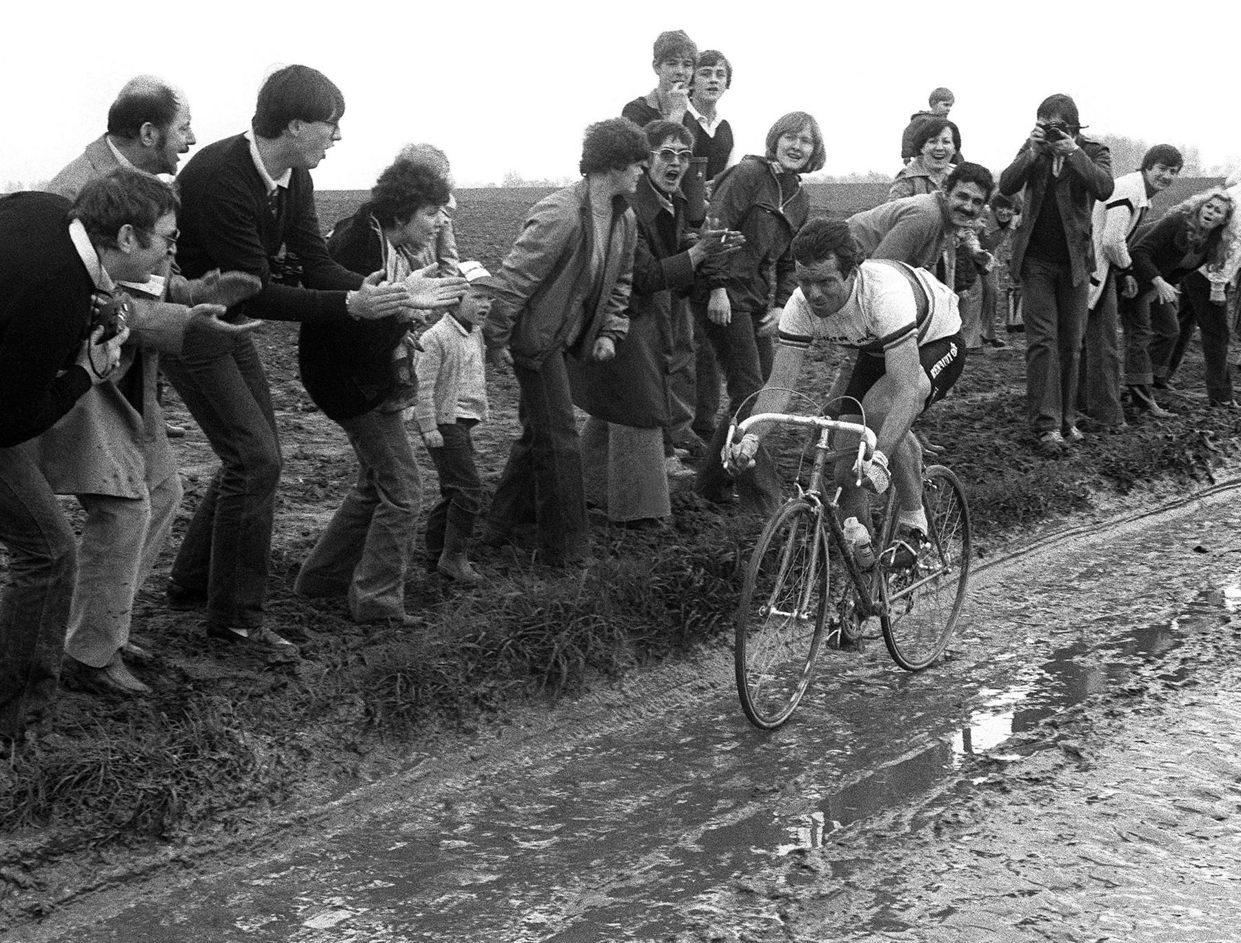 Bernard Hinault při klasice Paříž-Roubaix 1981. Tehdy slavil na legendárním závodě vítězství. Foto: profimedia