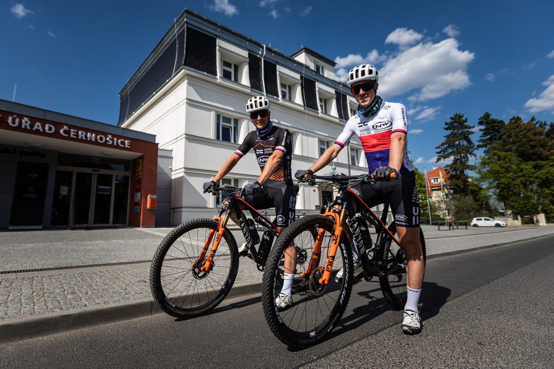 Kristian Hynek a Martin Stošek (vpravo) před startem na okruh 13 kopců. Foto: Michal Červený