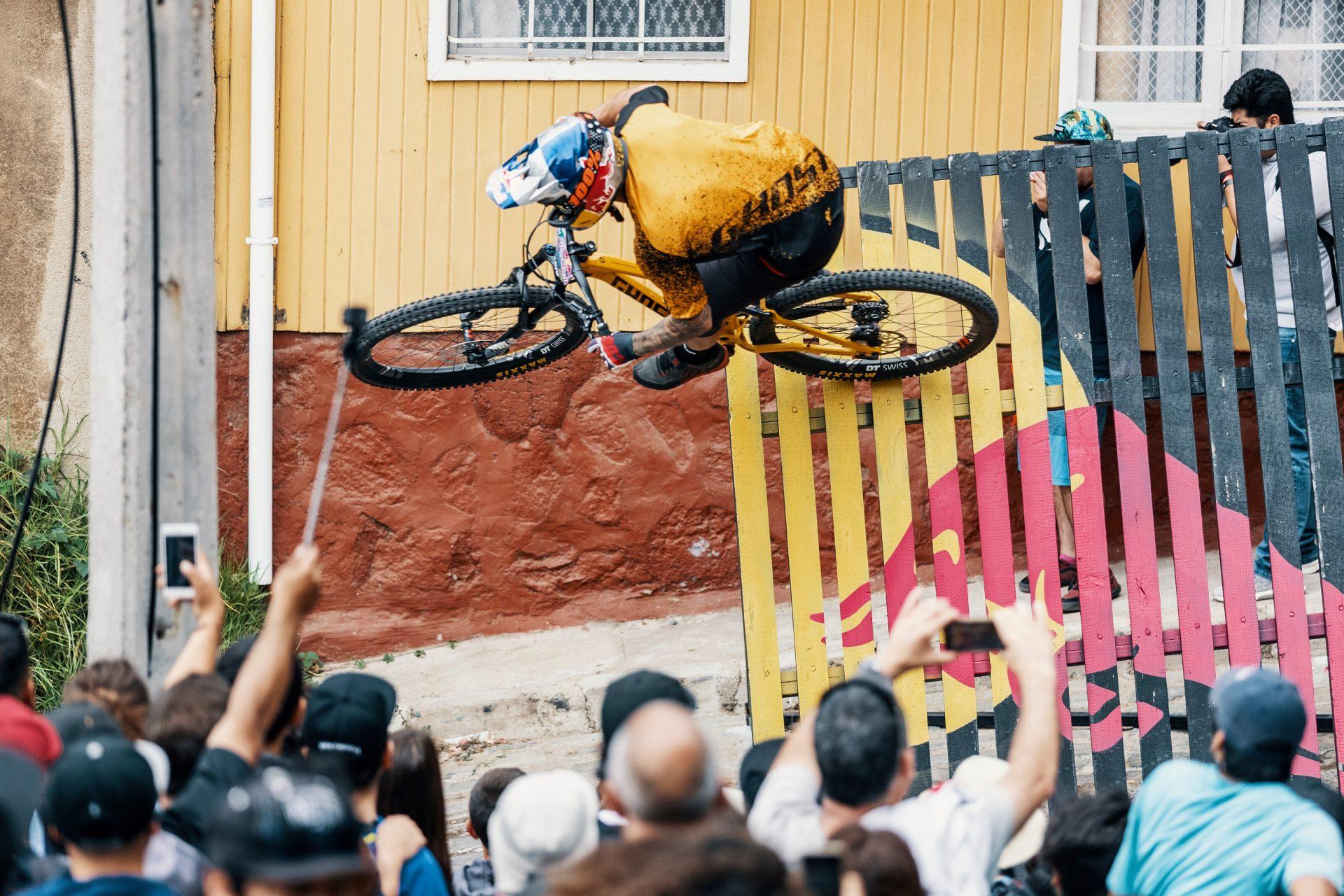 Tomáš Slavík při městském sjezdu ve Valparaisu v Chile. Foto: Alfred Jürgen Westermeyer/Red Bull Content Pool