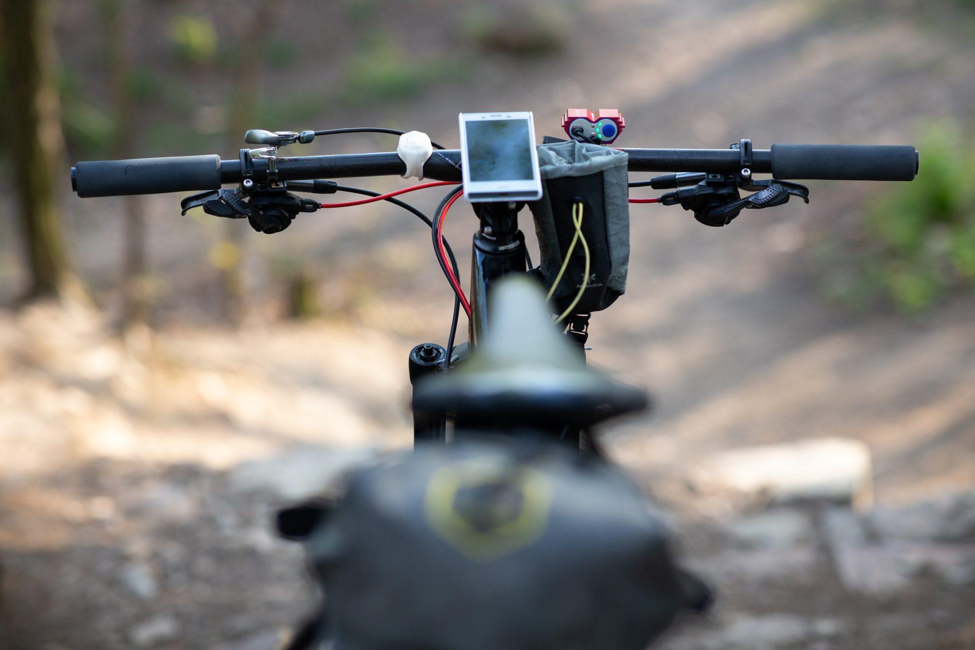Telefon na řídítkách kola nachystaného pro bikepacking. Foto: Pavel Šťastný