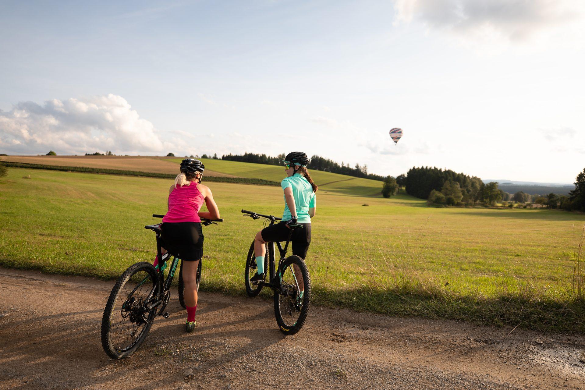 Přímé porovnání. Vpravo cyklistika v klasických kraťasech, vlevo bikerka s cyklosukní. Foto: craft