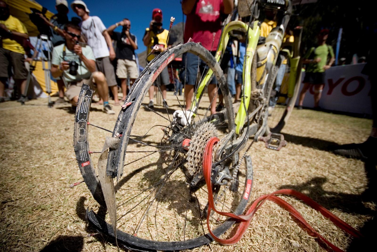 Totálně zničený ráfek. Výsledek bojů na Cape Epic. Foto: Michal Červený