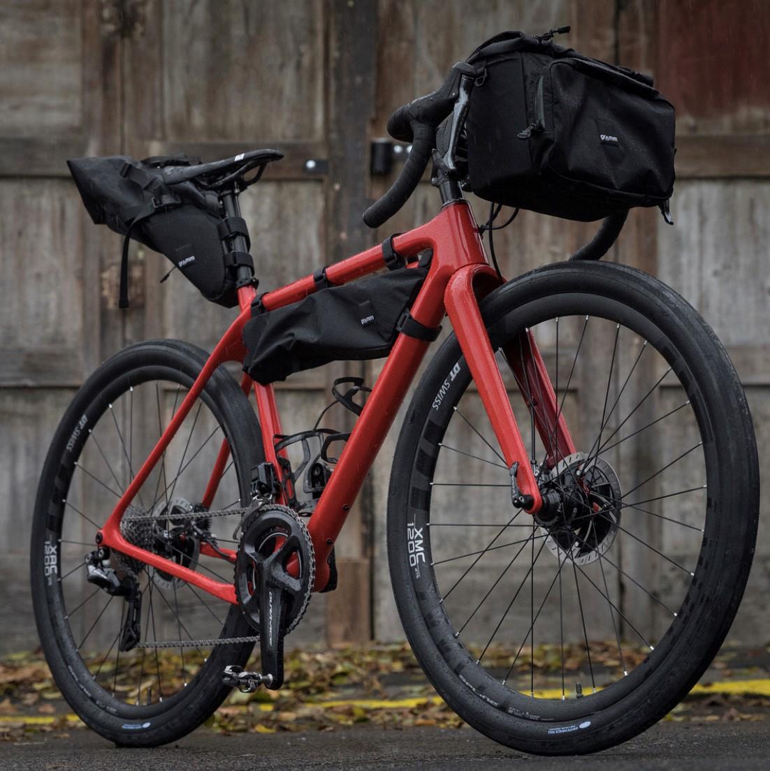 Gravel bike osazený brašnami a nachystaný na bikepacking. Foto: Michal Červený