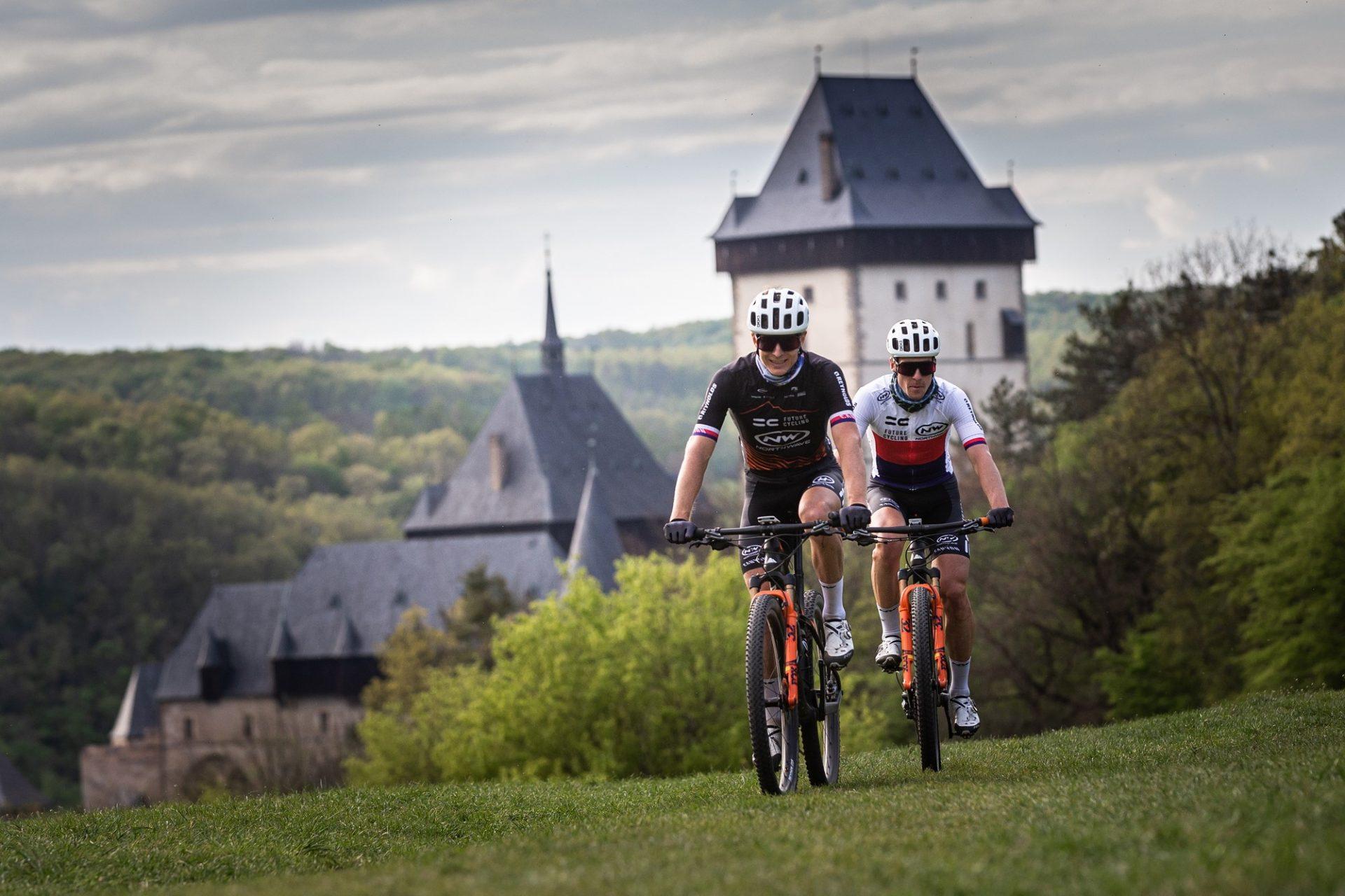 Kristian Hynek (vlevo) a Martin Stošek na okruhu 13 kopců s hradem Karlštejn za zády. Foto: Michal Červený
