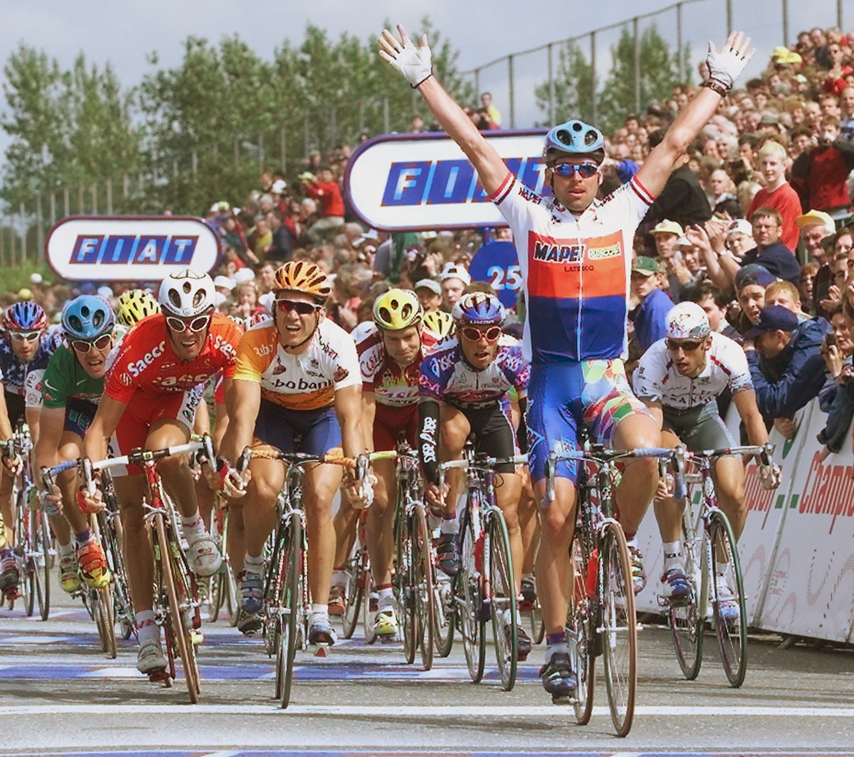Ján Svorada v dresu českého šampiona slaví triumf v etapě na Tour de France v Corku. Foto: profimedia