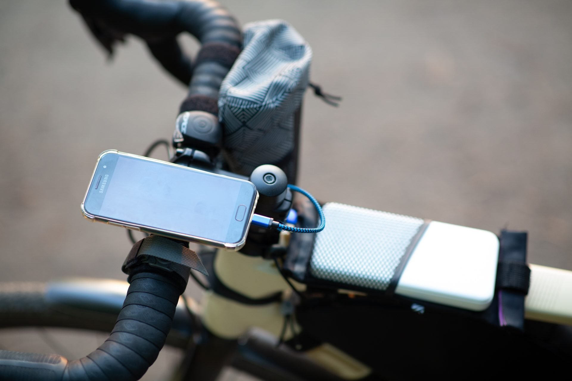 Telefon a záložní zdroj na rámu kola nachystaného pro bikepacking. Foto: Pavel Šťastný