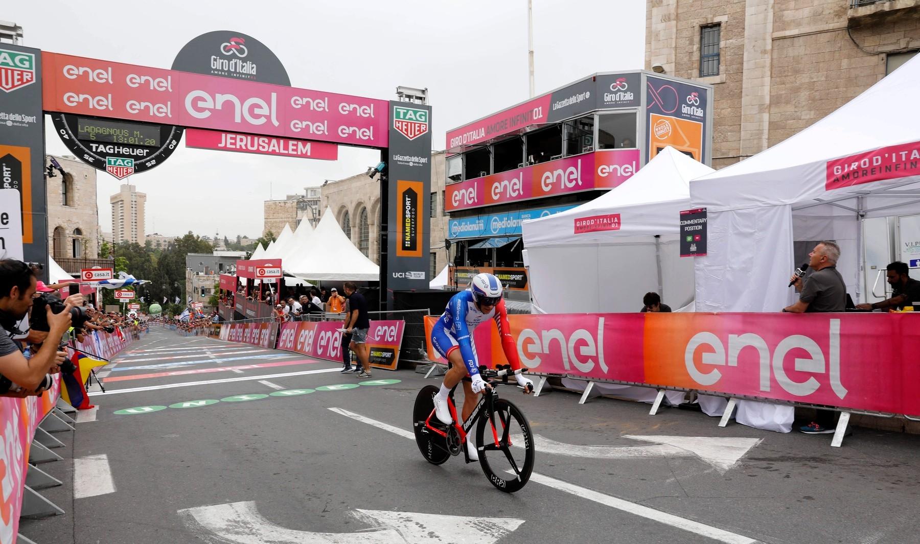 Francouzský cyklista Matthieu Ladagnous z týmu Groupama FDJ projíždí cílem po 1. etapě Gira 2019 v Jeruzalémě. Foto: profimedia