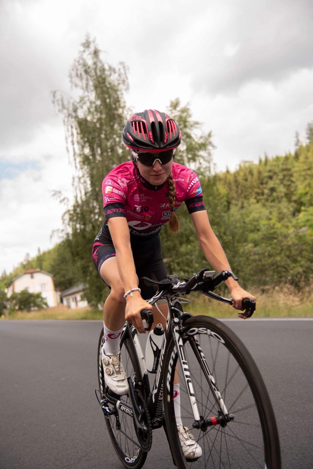 Nikola Nosková při tréninku na kole určeném na časovku.