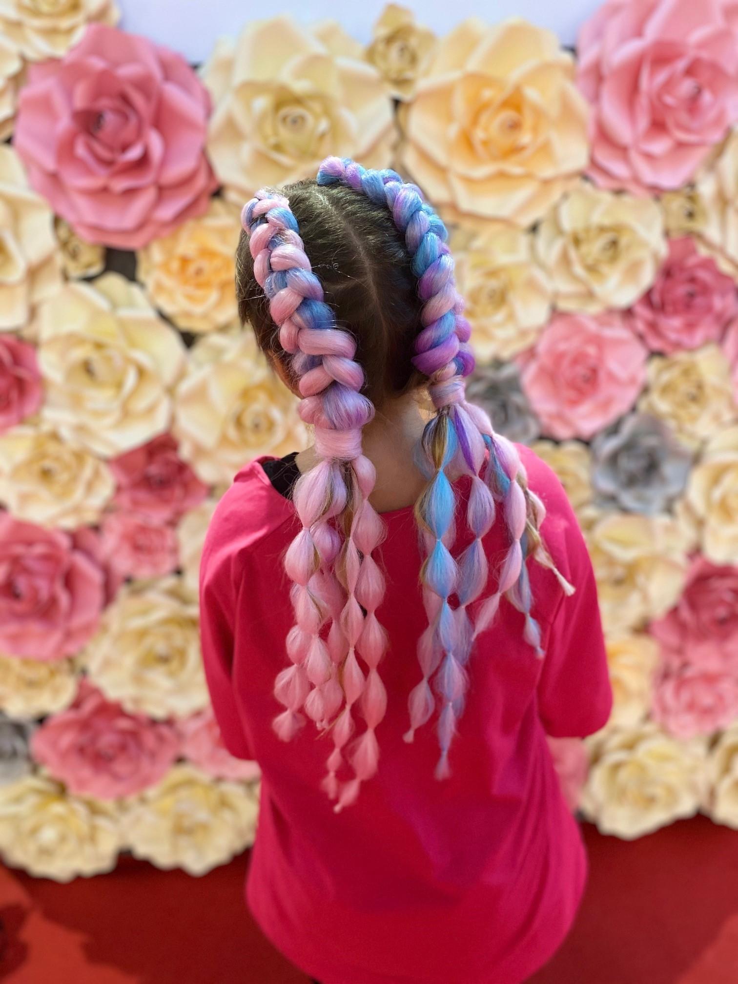 Pokud chcete zaujmout nejen výkonem v sedle kola, můžete do účestu přidat kanekalon, syntetické vlasy nejrůznějších barev. Foto: archiv