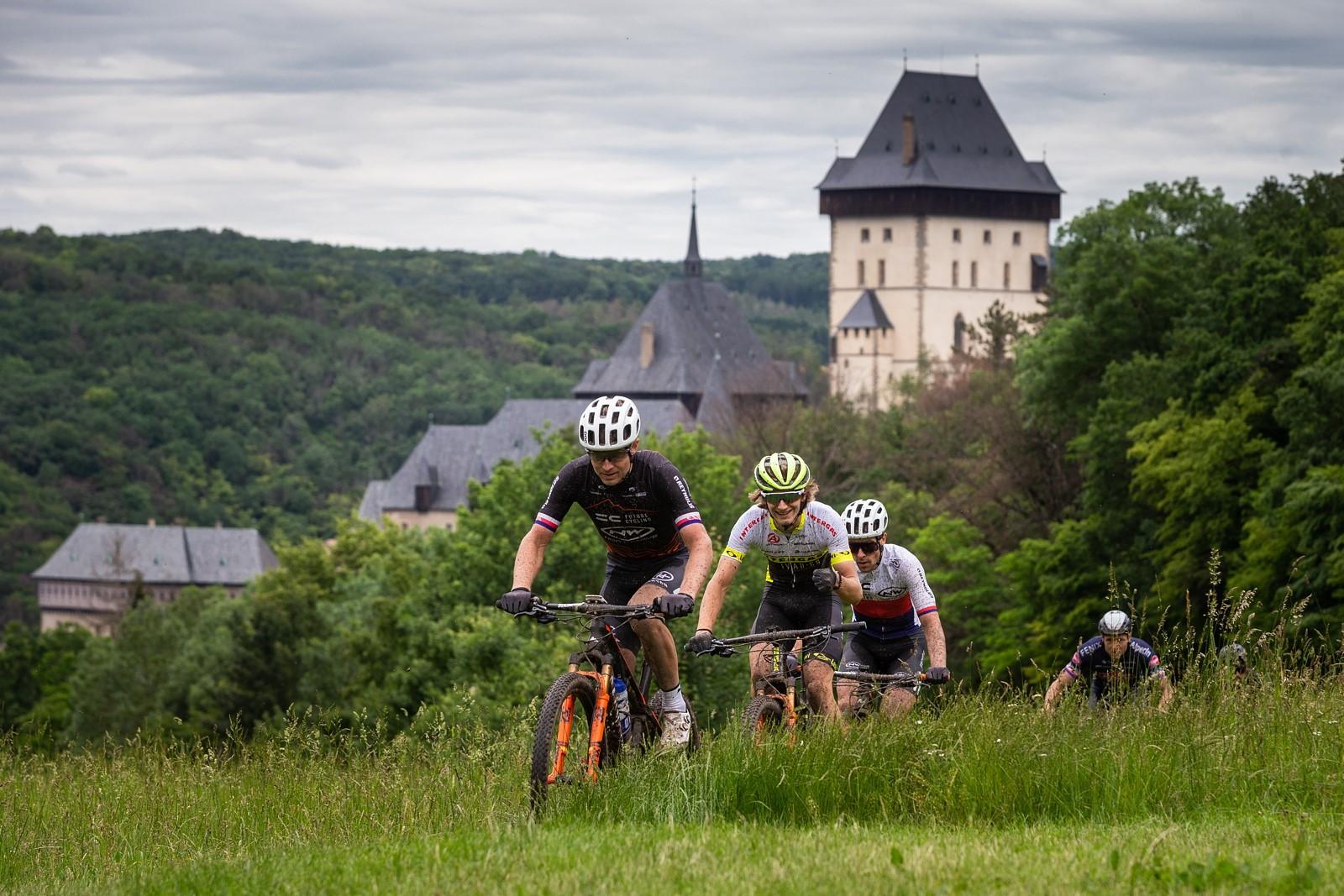Biker Kristian Hynek táhne skupinku ve stoupání od hradu Karlštejn. Foto: Michal Červený