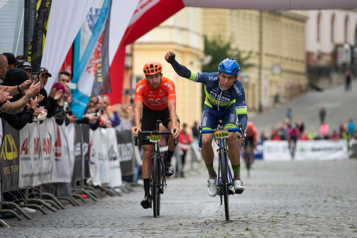 Adam Ťoupalík (vpravo) při finiši prvního závodu sezony po pauze způsobené pandemií koronaviru porazil Josefa Černého. Foto: Michal Červený