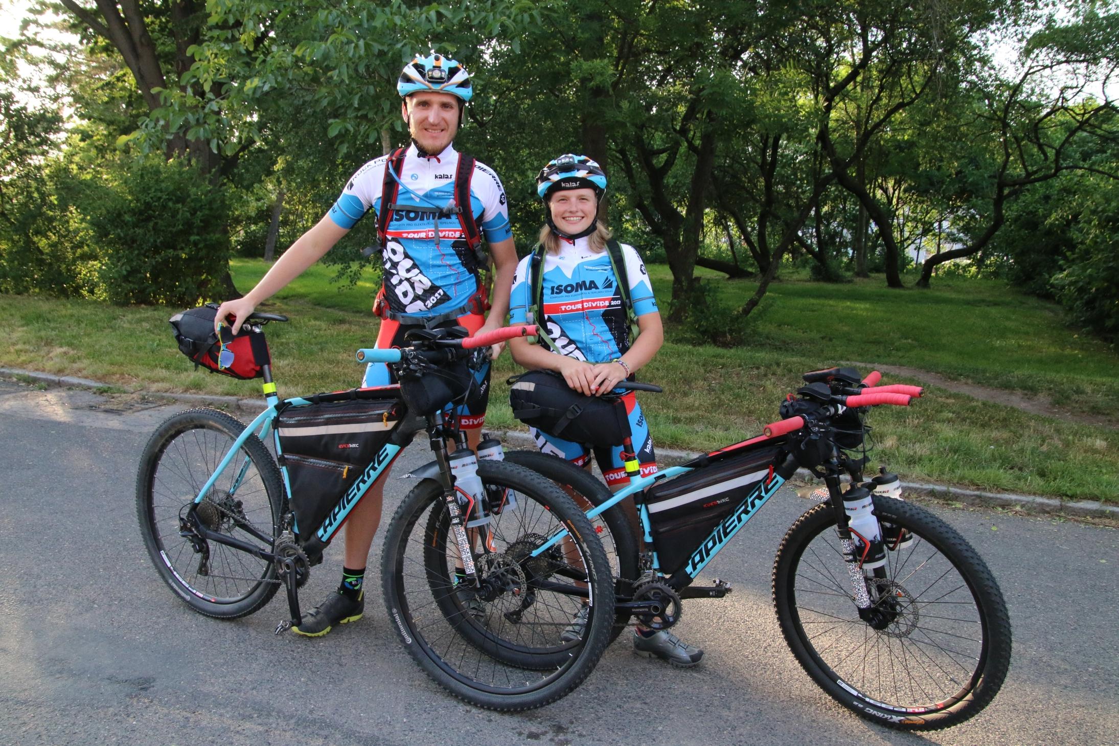 Markéta Peggy Marvanová s manželem Adamem Záviškou a kompletní výbavou před závodem Tour Divide