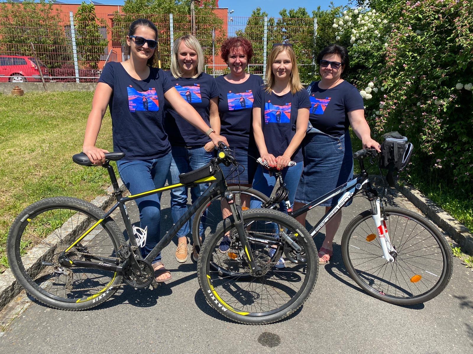 Zaměstnankyně stavební firmy ve Zlíně jezdí do práce na kole pravidelně.