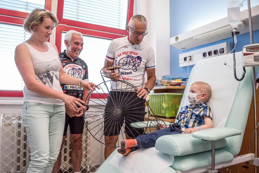 Josef Zimovčák, patron projektu Na kole dětem, společně s profesorem Pavlem Pafkem u jednoho z malých pacientů, pro něž je určen výtěžek celé akce.
