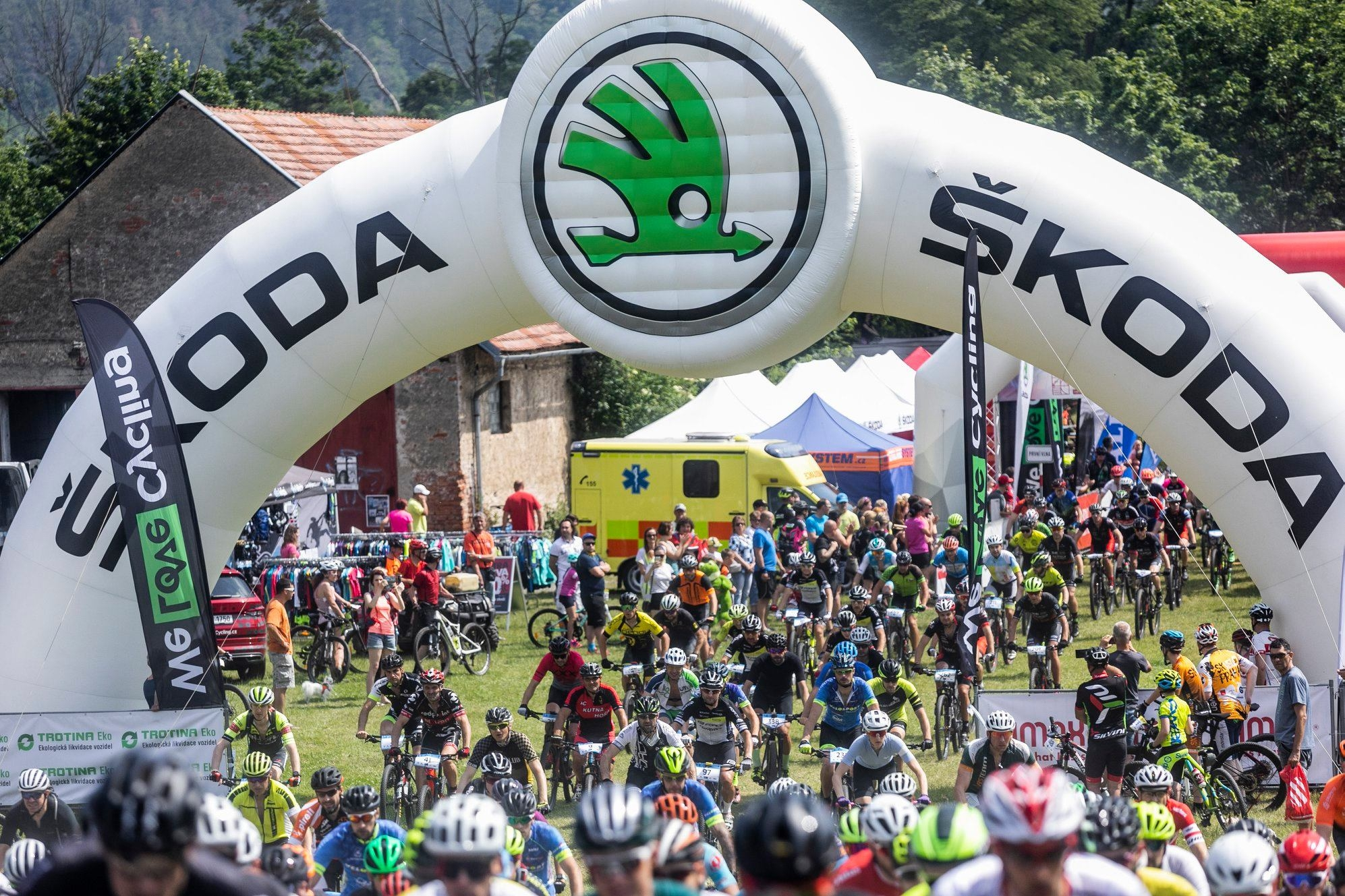 Cyklisté se valí jako lavina vstříc kilometrům úvodního podniku seriálu Nova Cup. Foto: Robin Nevřala a Ondřej Litera