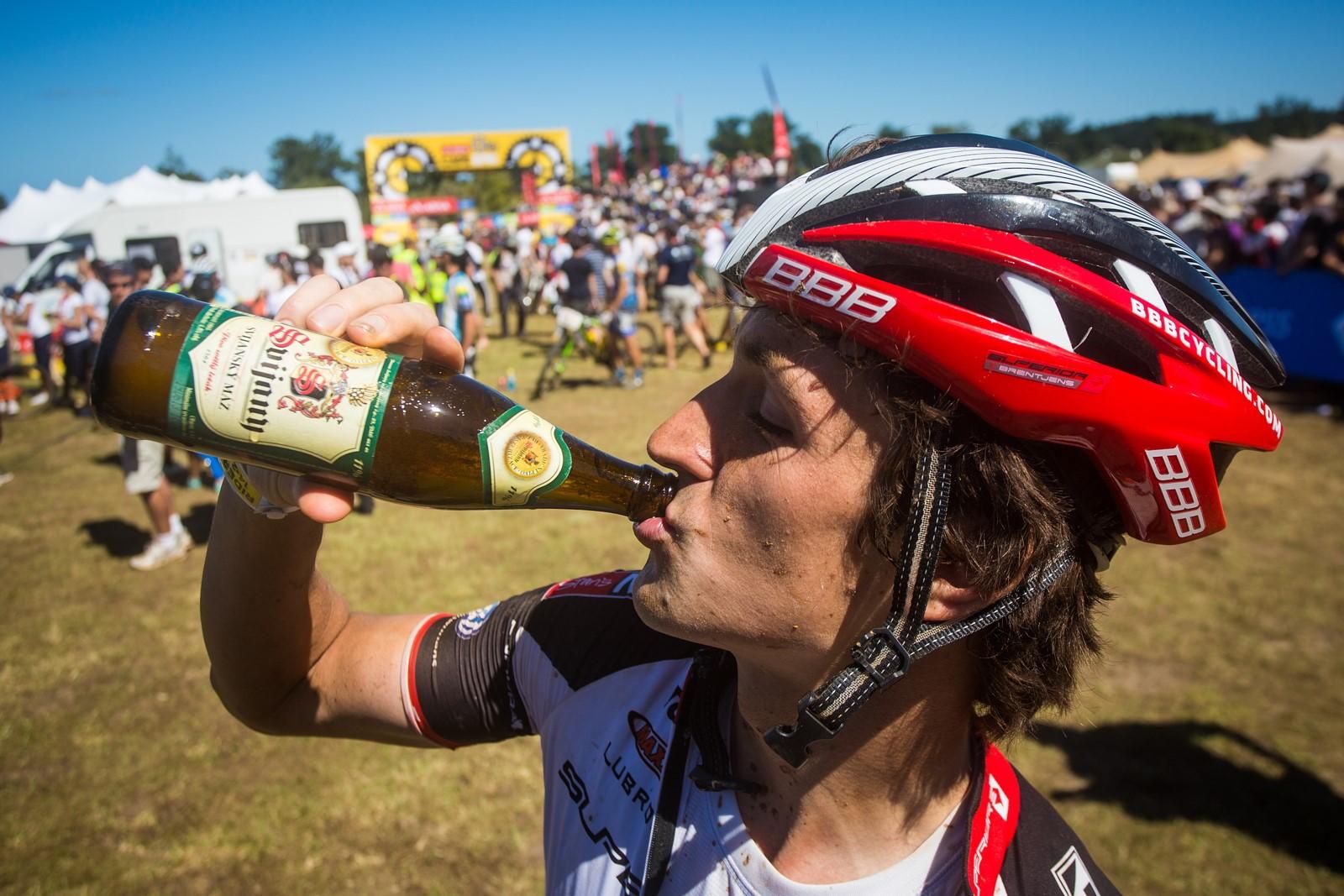 Pivo jako jeden ze způsobů rychlého doplnění tekutin tělu vyčerpanému množstvím kilometrů. Foto: Michal Červený