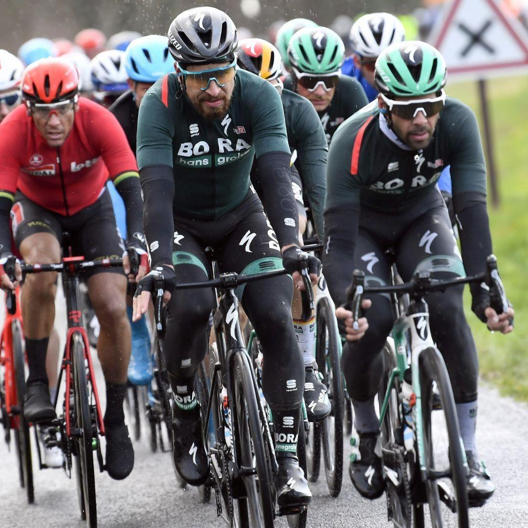 Slovenský cyklista Peter Sagan v čele závodní skupiny. Foto: Bora-Hanshgrohe