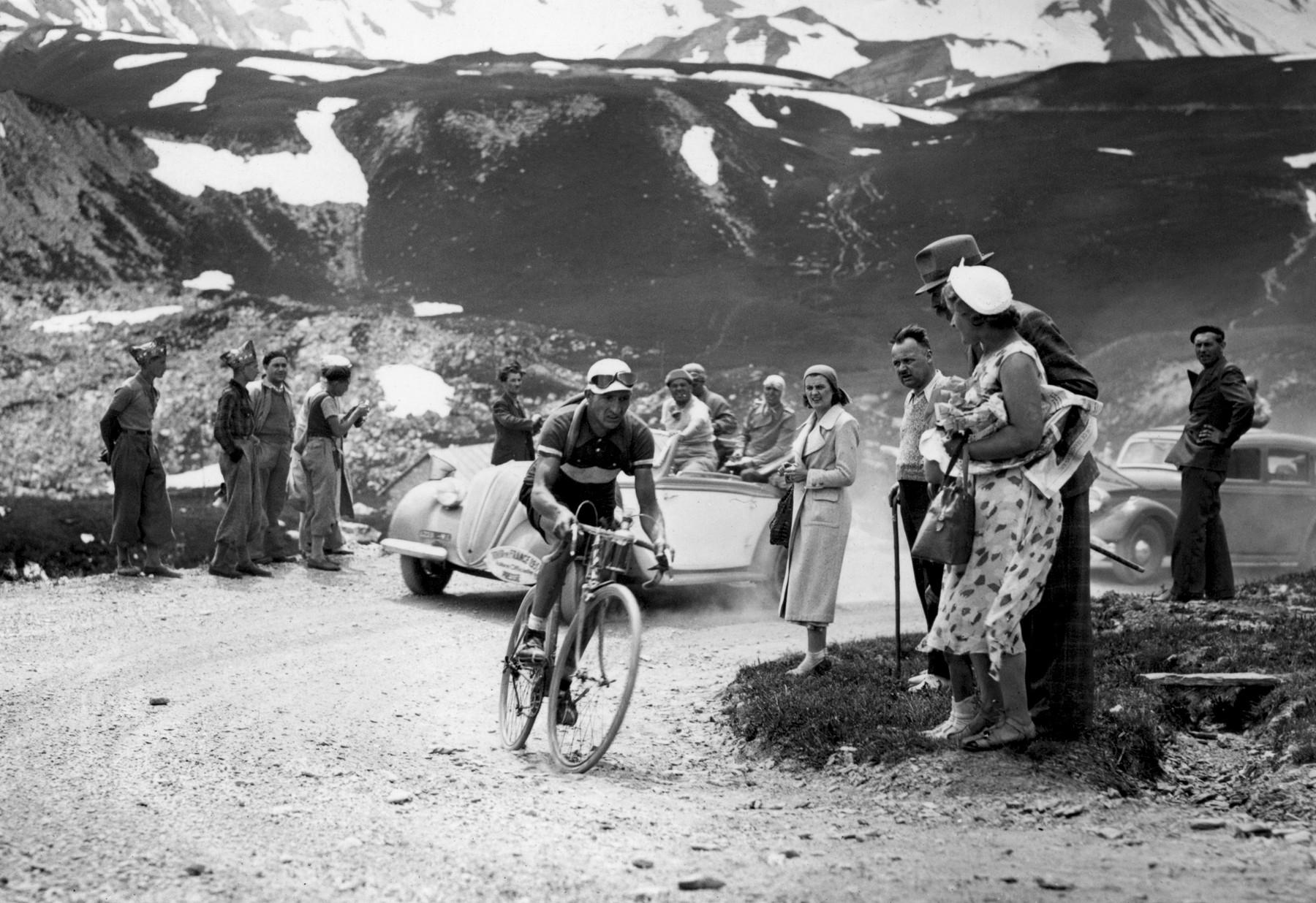 Italský cyklista Gino Bartali stoupá na Galibier při sedmé etapě Tour de France v roce 1937. Foto: profimedia