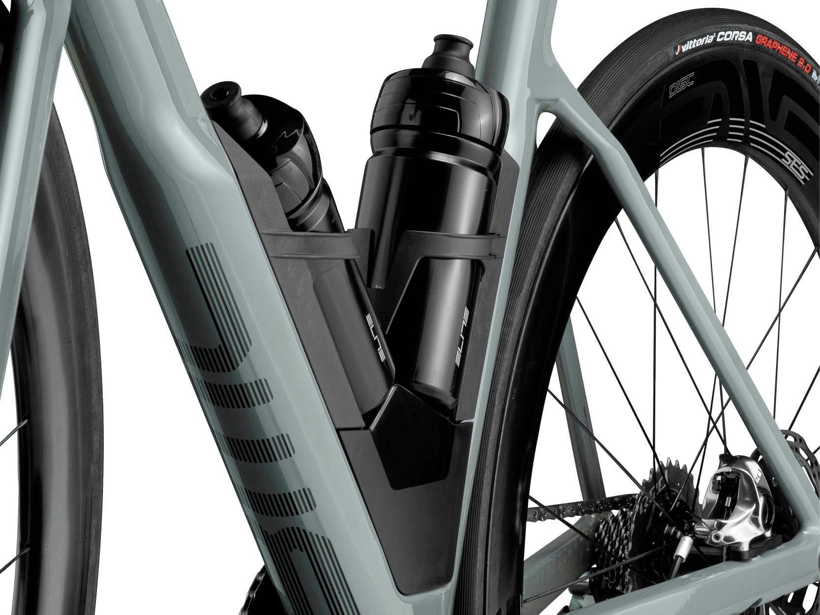 Bicykl BMC a přepravní prostor integrovaný pod držáky na láhve.