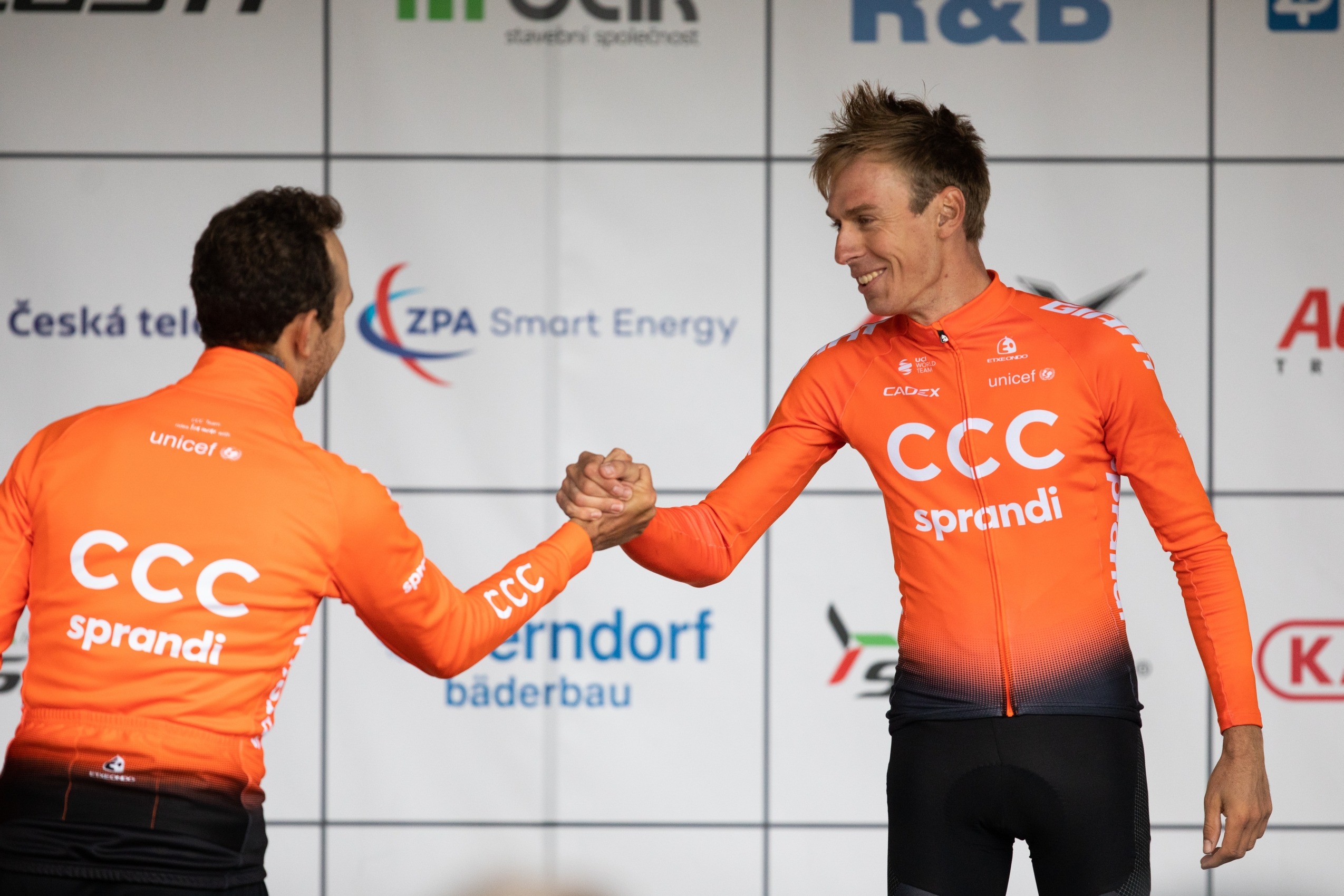 Jan Hirt (vpravo) se zdraví s týmovým kolegou z formace CCC Josefem Černým. Foto: Michal Červený