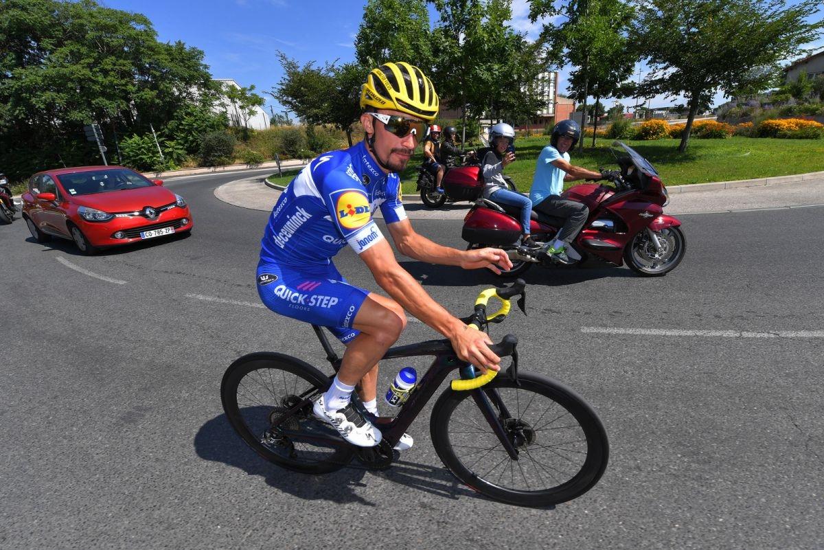 Julian Alaphilippe během druhého volného dne Tour de France v sedle elektrokola Specialized Creo, které disponuje motory s maximálním výkonem 240 wattů. Foto: Deceuninck Quick Step