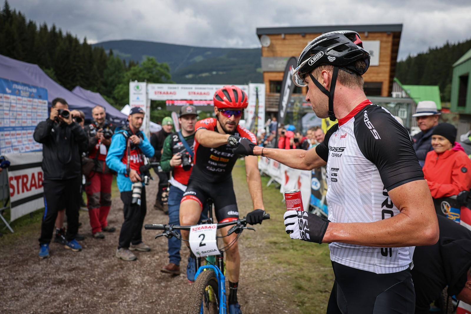 Ondřej Cink se zdraví s Janem Škarnitzlem, který vybojoval na MČR v cross country druhé místo. Foto: Michal Červený