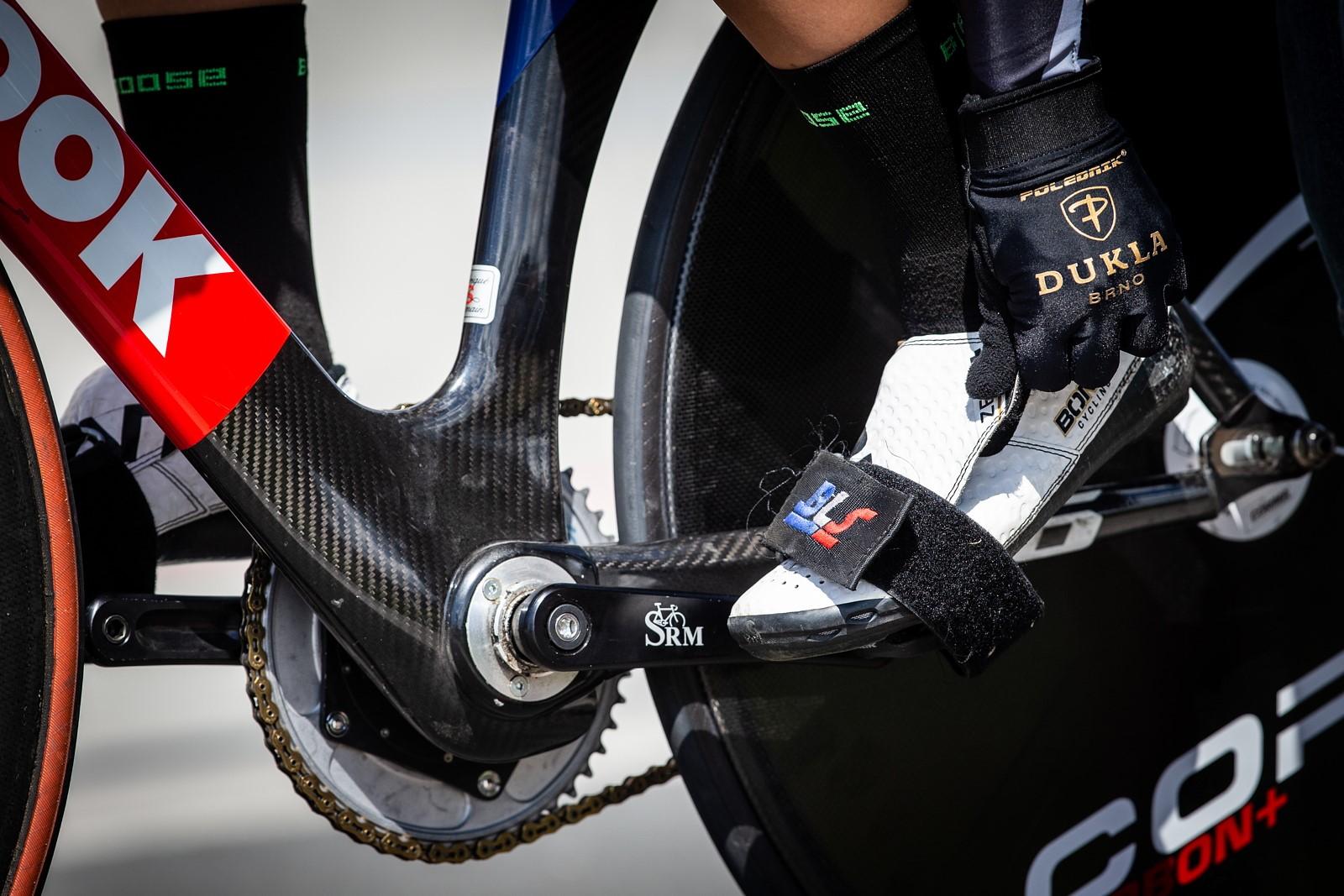 Dráhová cyklistika, to jsou kola s pevným převodem, bez brzd a nohy v nášlapných pedálech navíc jistí i řemínky. Foto: Michal Červený