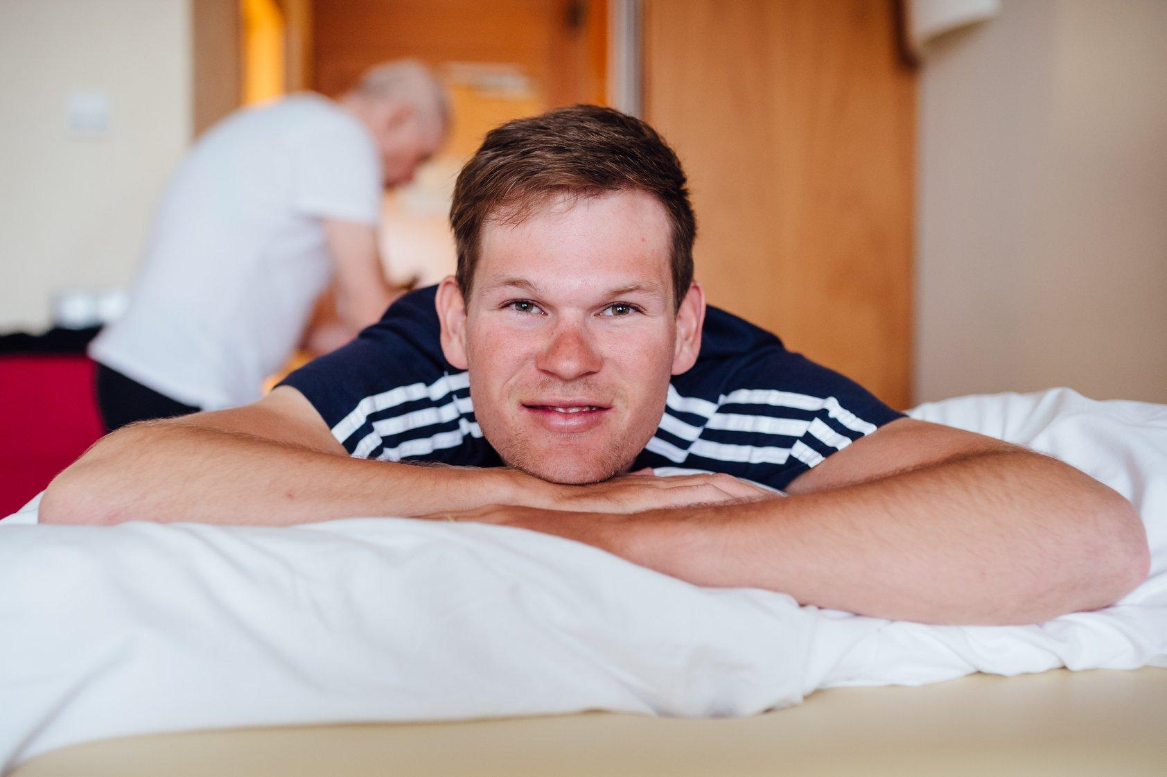 Michael Kukrle na masáži během etapového závodu Kolem Mazovska. Foto: facebok Elkov Kasper