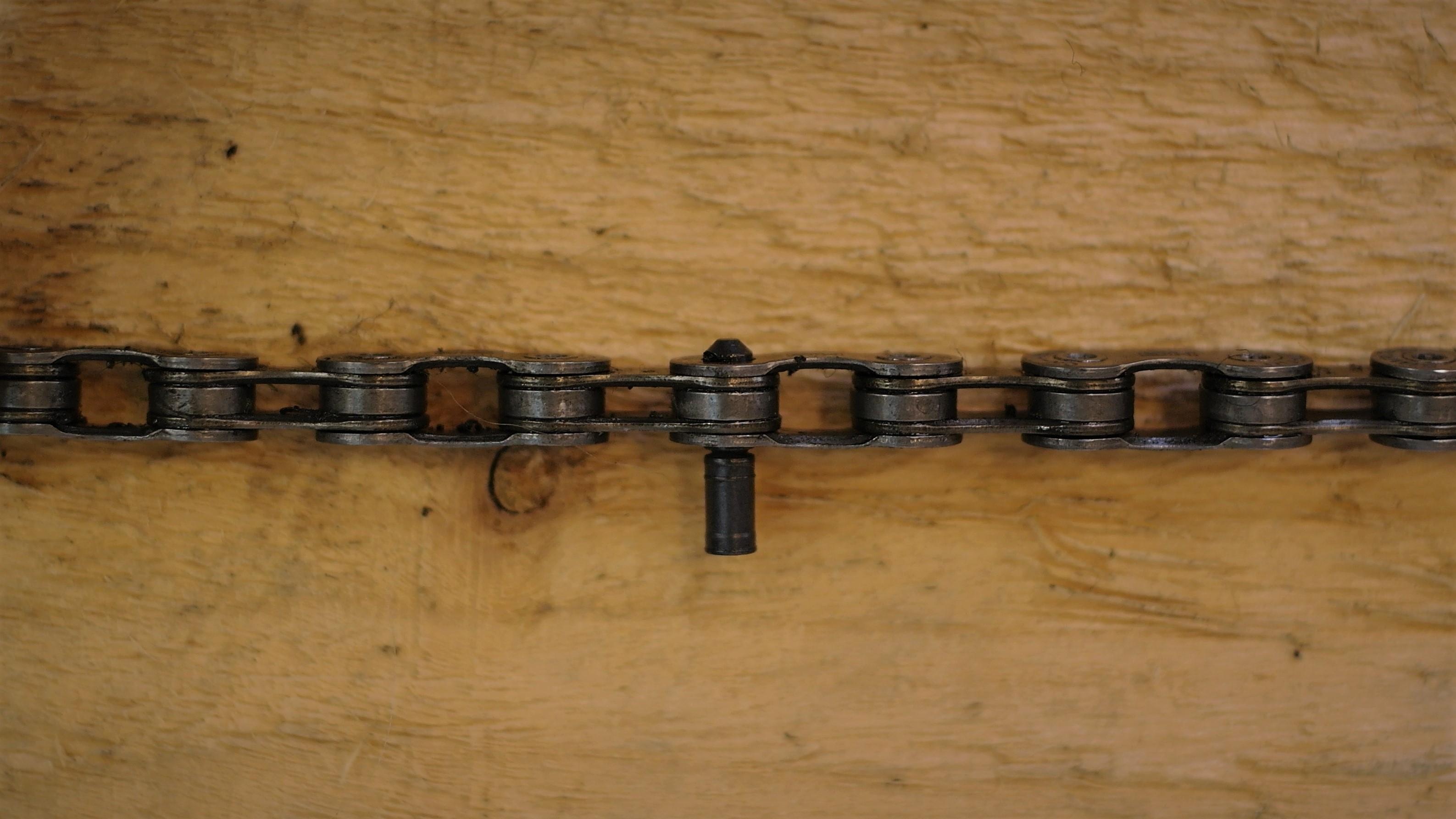 Spojovací čep před nýtováním řetězu.