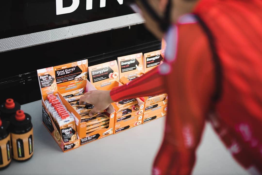 Virtuální závody vyžadující specifický přístup ke stravě. Energetické gely, až se závodí z obývacího pokoje, jsou nutné. Foto: instagram Sunweb