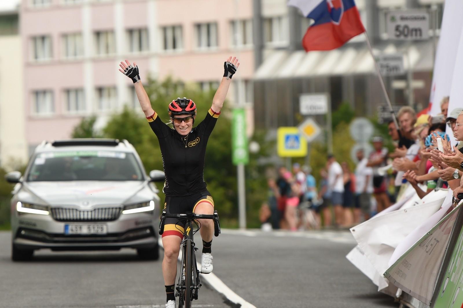 Jarmila Machačová projíždí triumfálně cílem závodu na MČR Škoda Auto v silniční cyklistice. Foto: Jan Brychta