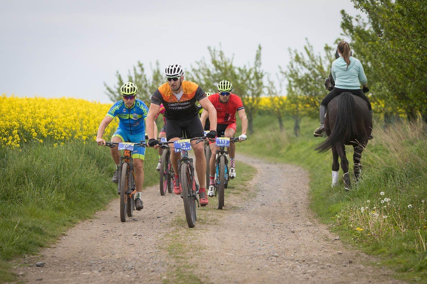 Ondřej Synek v sedle kola při závodě seriálu Kolo pro život. Foto: Kolo pro život