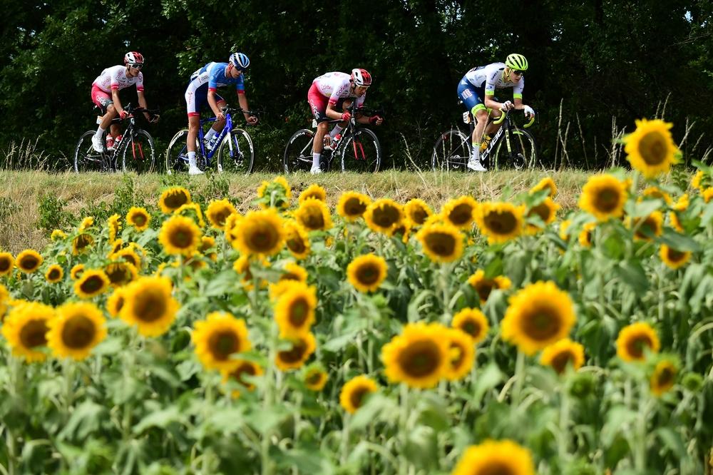 Tour de France se letos kvůli pandemii koronaviru uskuteční o dva měsíce později, a tak tradiční kulisy diváci neuvidí. Foto: A.S.O./Alex BROADWAY