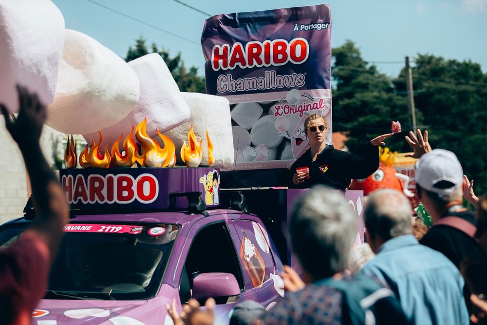 V reklamní karavaně jsou zastoupeny značky všemožného sortimentu od pracích prášků, přes sýry až po sladkosti. Foto: A.S.O./Thomas Maheux