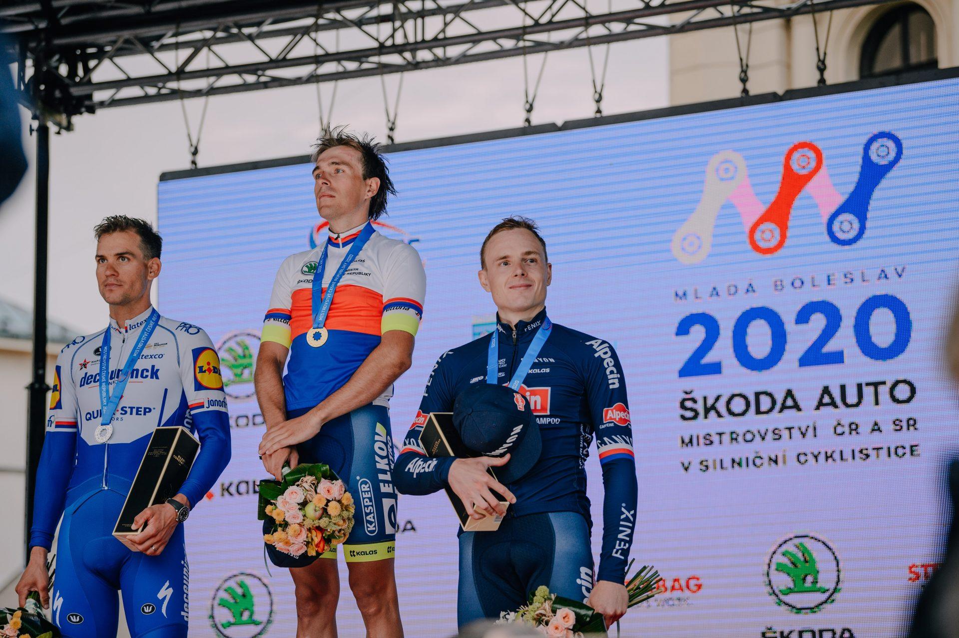 Stupně vítězů na mistrovství Škoda Auto v silniční cyklistice 2020. Zleva druhý Zdeněk Štybar, vítězný Adam Ťoupalík a bronzový Petr Vakoč. Foto: Jan Brychta
