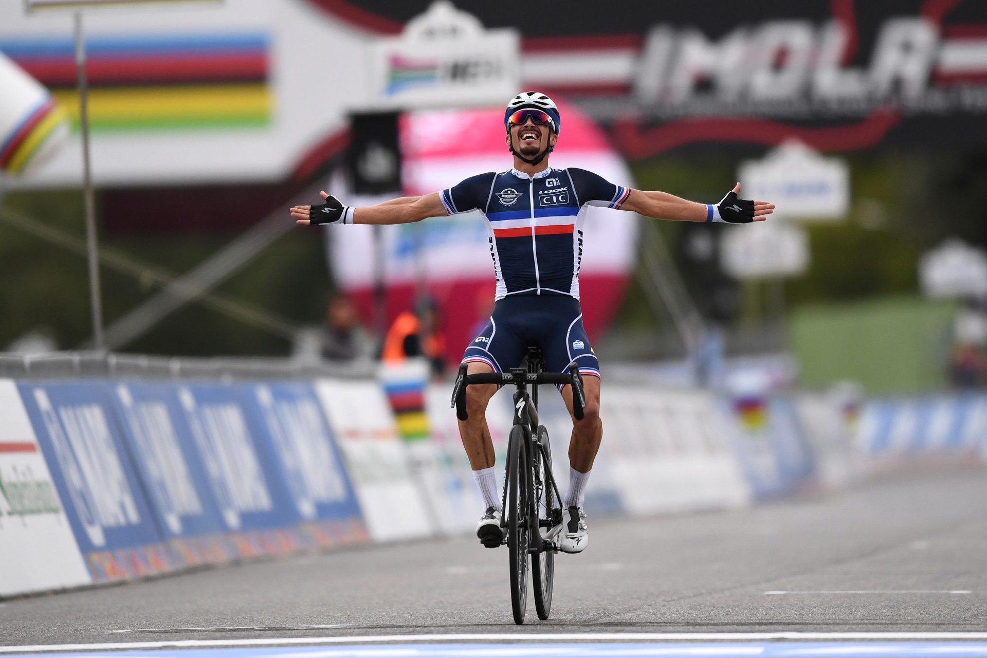 Julian Alaphilippe projíždí triumfálně cílem mistrovství světa v Imole. Foto: Tim De Waele/Getty Images/Deceuninck Quick Step
