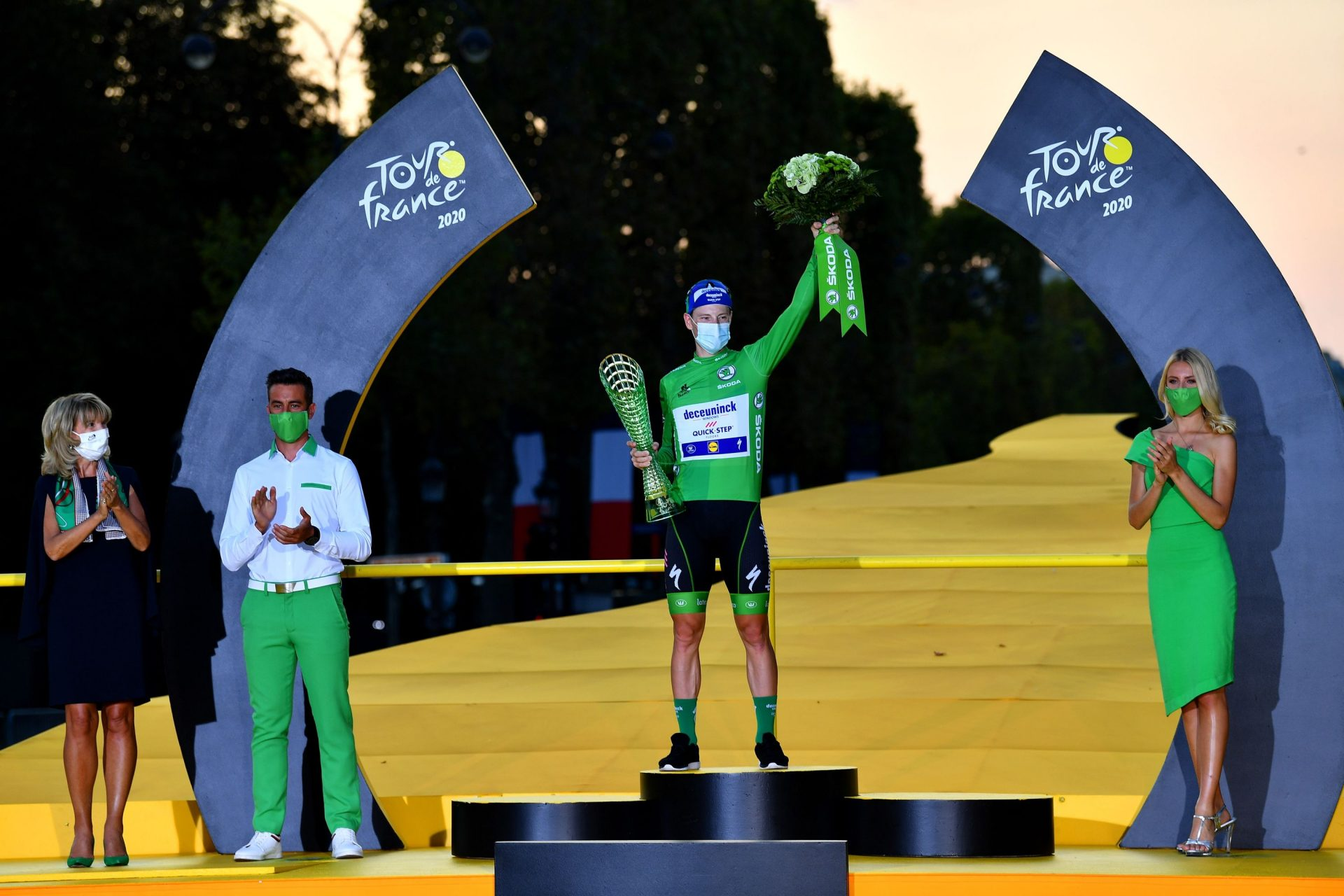 Sam Bennett v zeleném trikotu s trofejí pro vítěze bodovací soutěže Tour de France. Foto: Tim De Waele(Getty Images/Deceuninck Quick Step