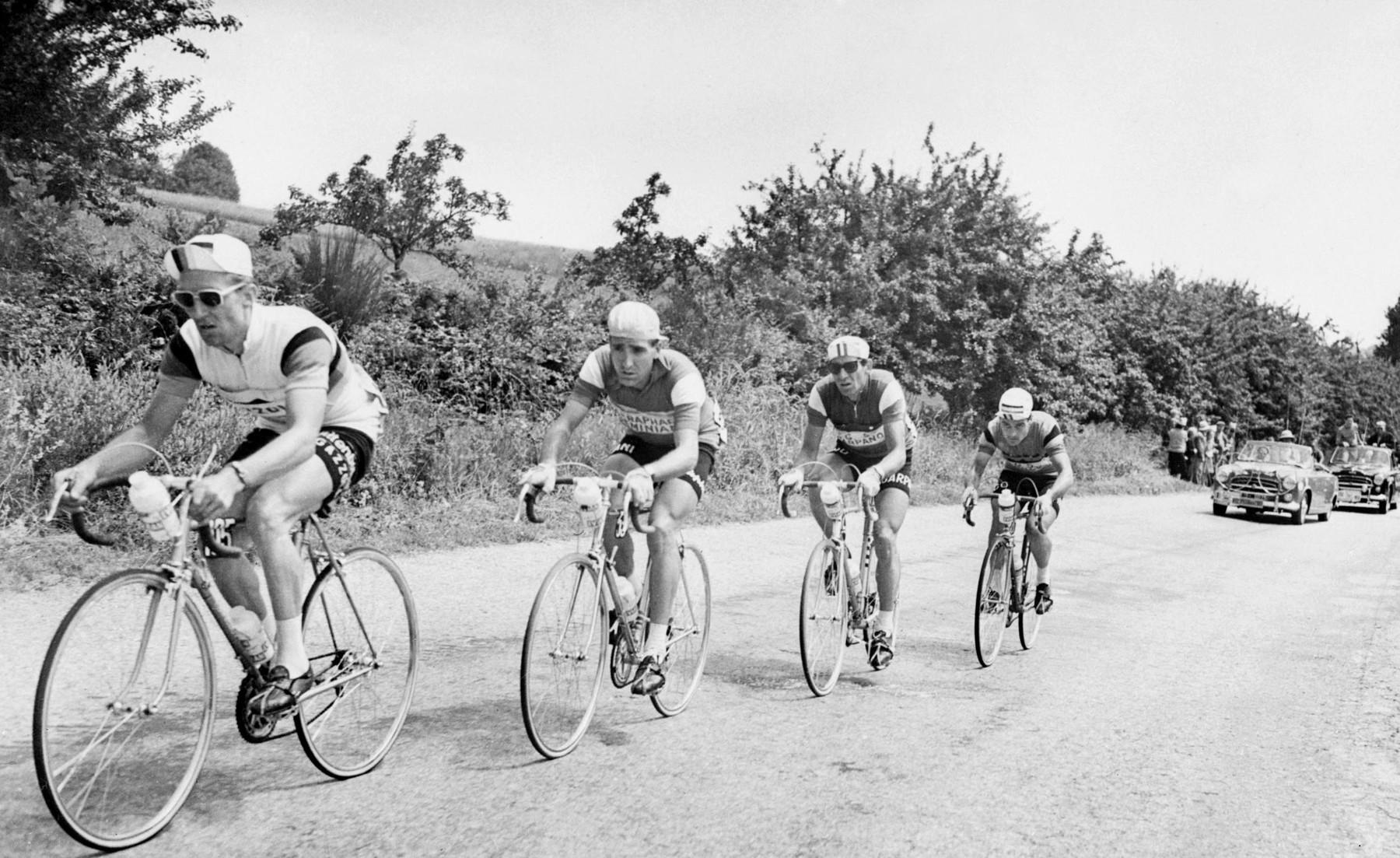 Hans Junkermann táhne skupinku uprchlíků během 6. etapy Tour de France 1960. Druhý zleva Roger Rivière následován Gastonem Nencinim a Belgičanem Janem Adriaenssensem. Úník, který francouzskému cyklistovi změní život. Foto: profimedia