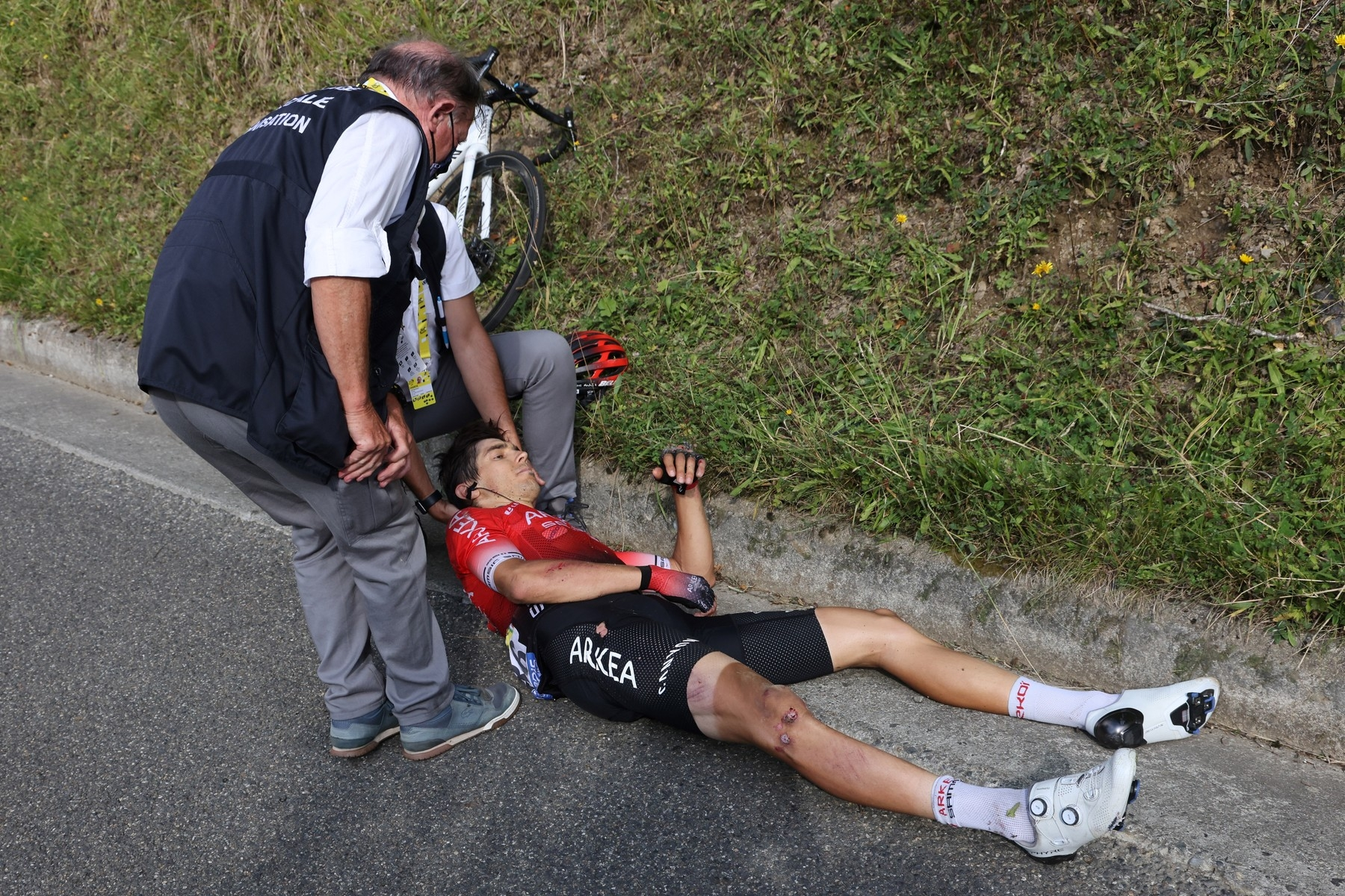 Diego Rosa z formace Arkea Samsic při karambolu v osmém dějství utrpěl kromě četných odřenin zlomeninu klíční kosti. Foto: profimedia